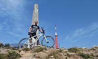 obelisk na vrcholu